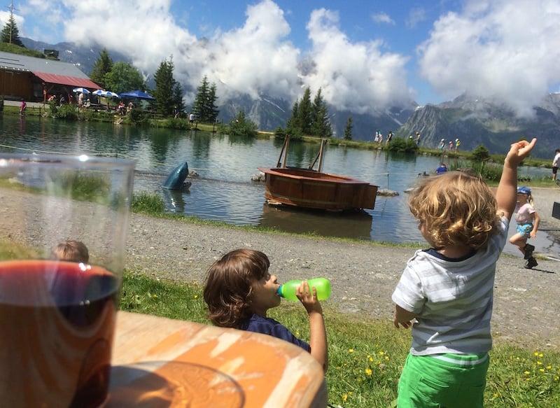 Während die Kinder die Spielanlagen geniessen, können auch die Eltern ausspannen.
