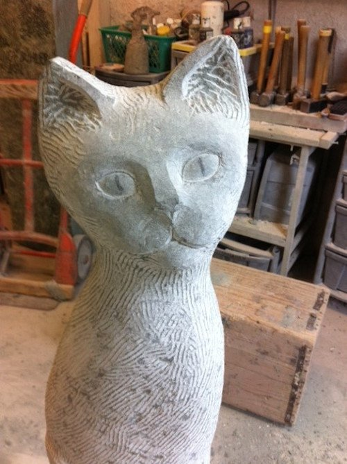 Eine Katzenskulptur aus Stein der Bildhauerei Huber.