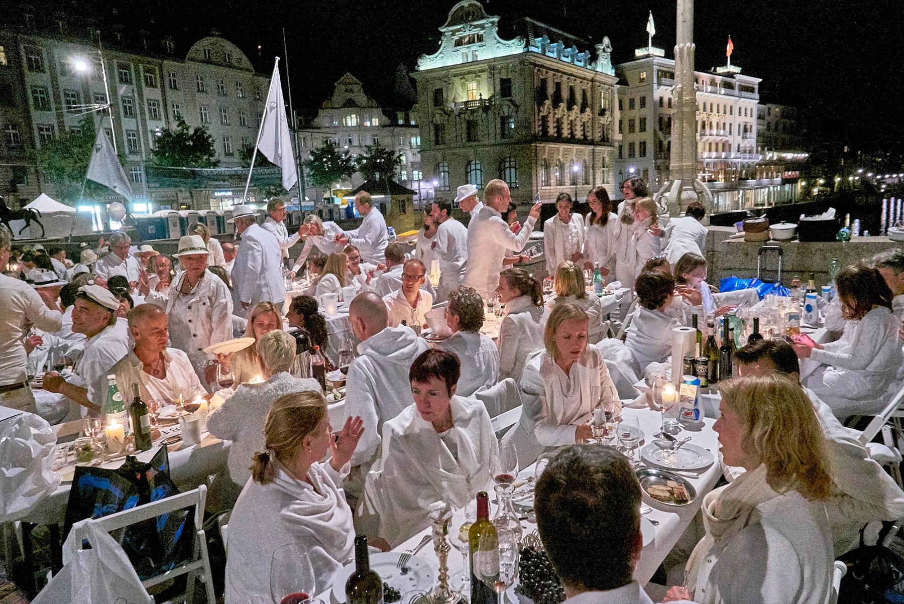 Ein solcher Publikumsaufmarsch ist für Luzern am «White Dinner» nicht geplant. (Bild: Pro Innerstadt Basel)