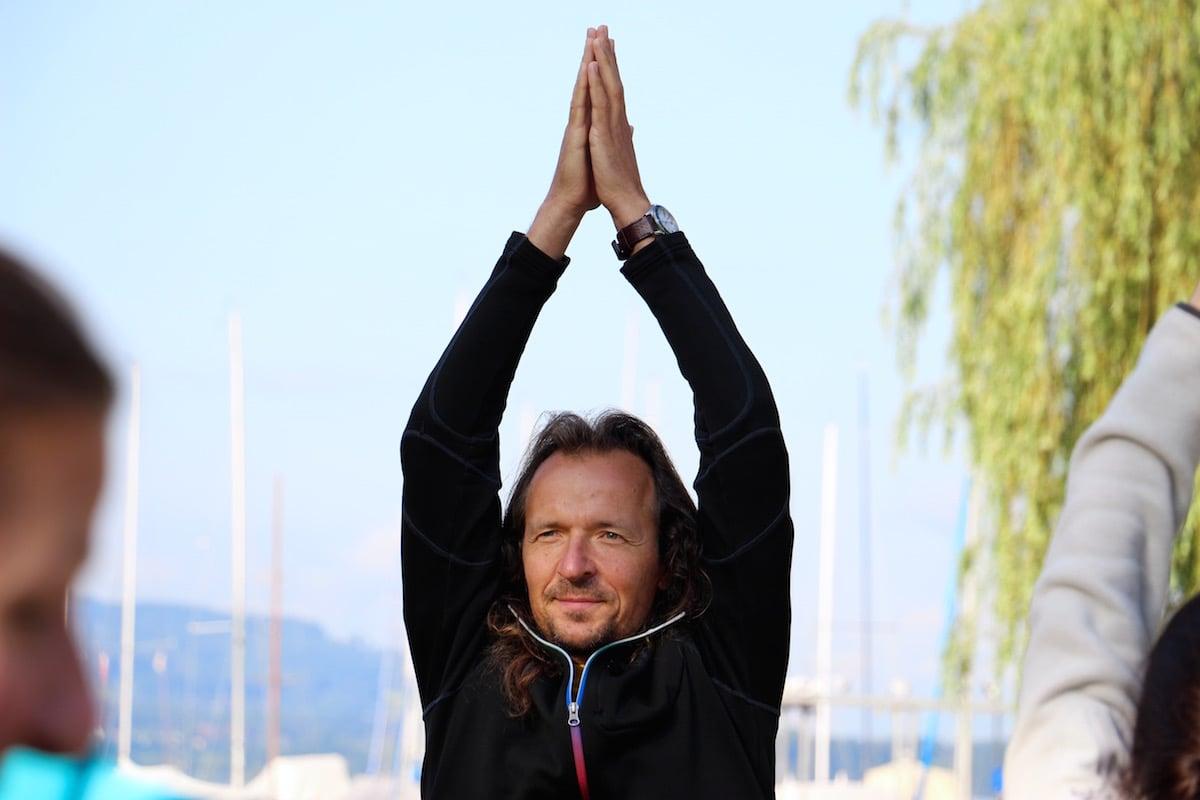 Hansjürg Binzegger unterrichtet nun seit 13 Jahren in Zug Yoga. (Bild: wia)