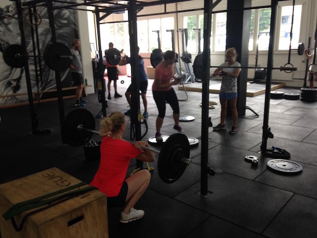 Gewichte drücken und die Kollegen motivieren– mehr zählt in dem einen Moment nicht.