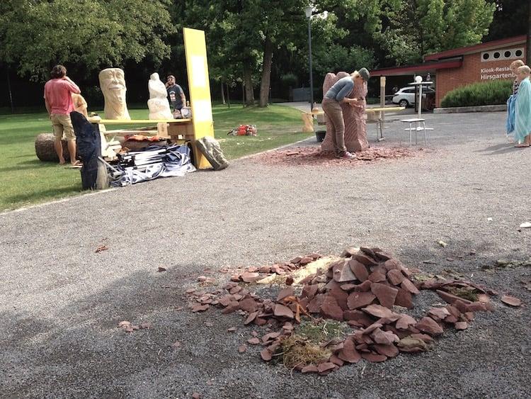 Ein Kunstwerk aus Abfallprodukten. Im Vordergrund die von Kinderhand gebaute Steinburg.