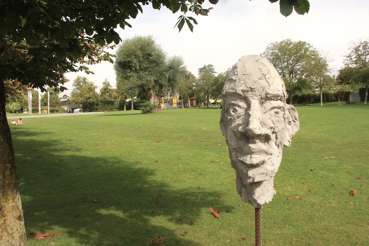 Ein Steinkopf der Hubers schaut sich das Treiben im Hirsgarten ausdruckslos an.
