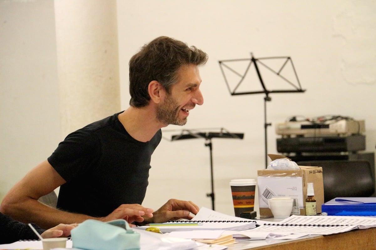 Björn Bugiel, dem Regisseur des Operettensommers, gefällt, was er sieht. (Bild: wia)