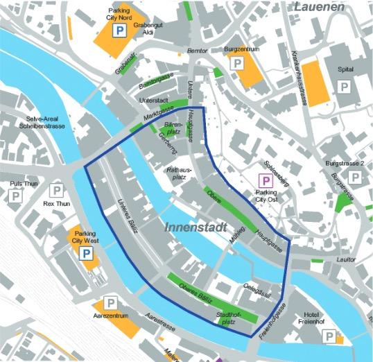 Blau umrandet ist die Thuner Innenstadt. In diesem Bereich werden alle Parkplätze aufgehoben, plus diverse rundum (grün).