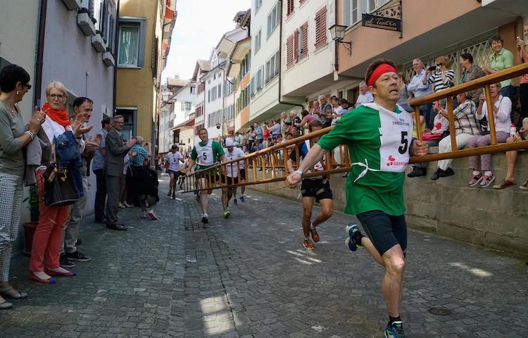 Hier war die Welt für kurze Zeit in Ordnung. Die Läufer am diesjährigen Chriesisturm. (Bild: IG Zuger Chriesi)