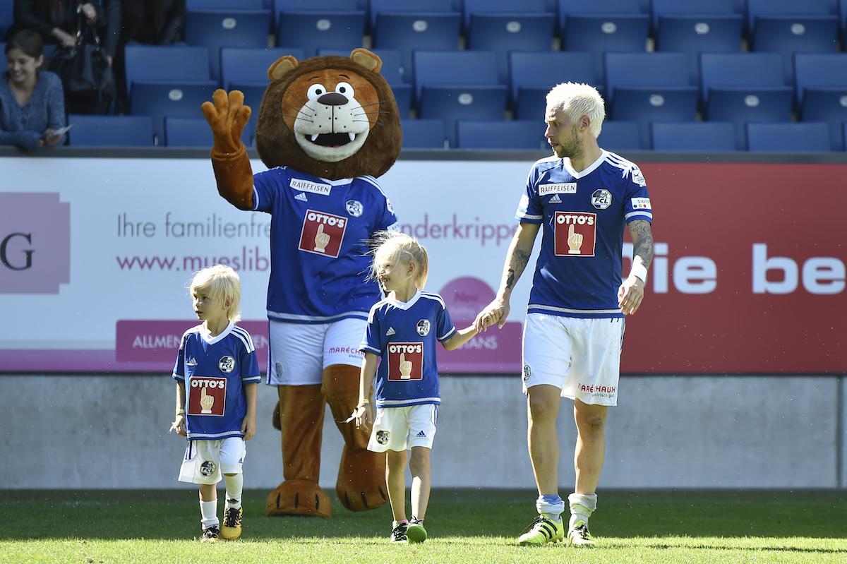 Markus Neumayr (Luzern) feiert den Sieg gegen den FC Thun gemeinsam mit seinen Kindern Lani und Dian. (Bild: Martin Meienberger/freshfocus)