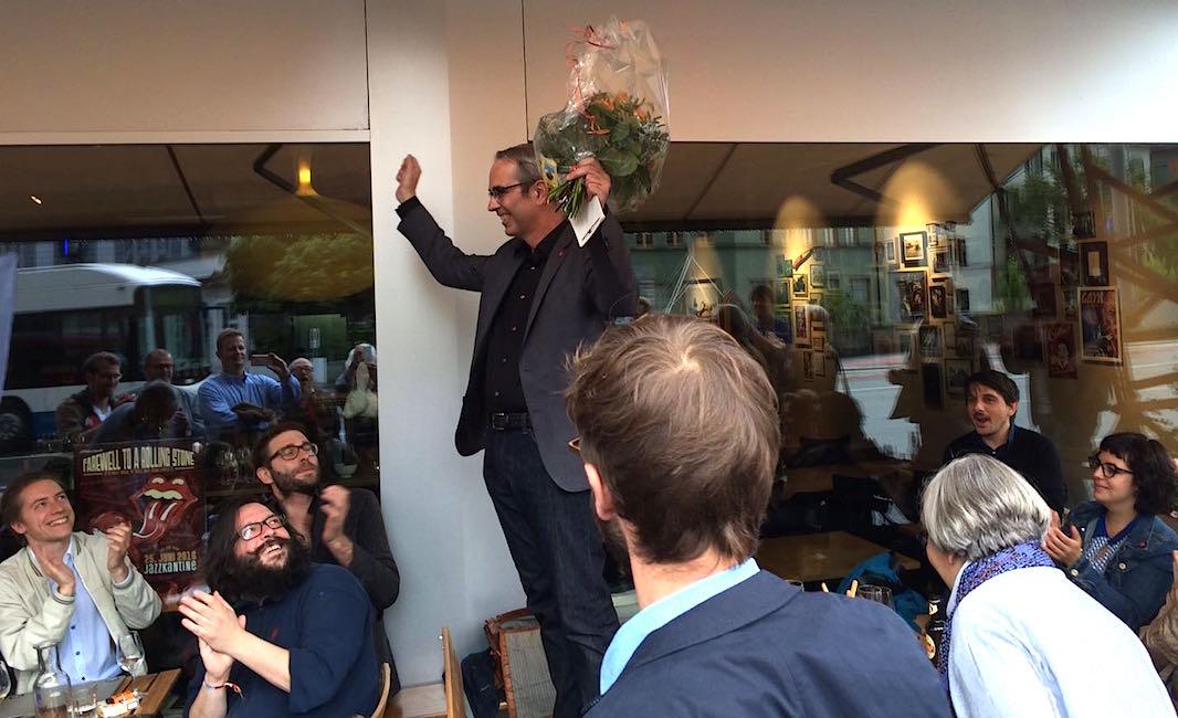 Beat Züsli lässt sich in der Kulturbeiz Meyer von seinen Anhängern feiern.