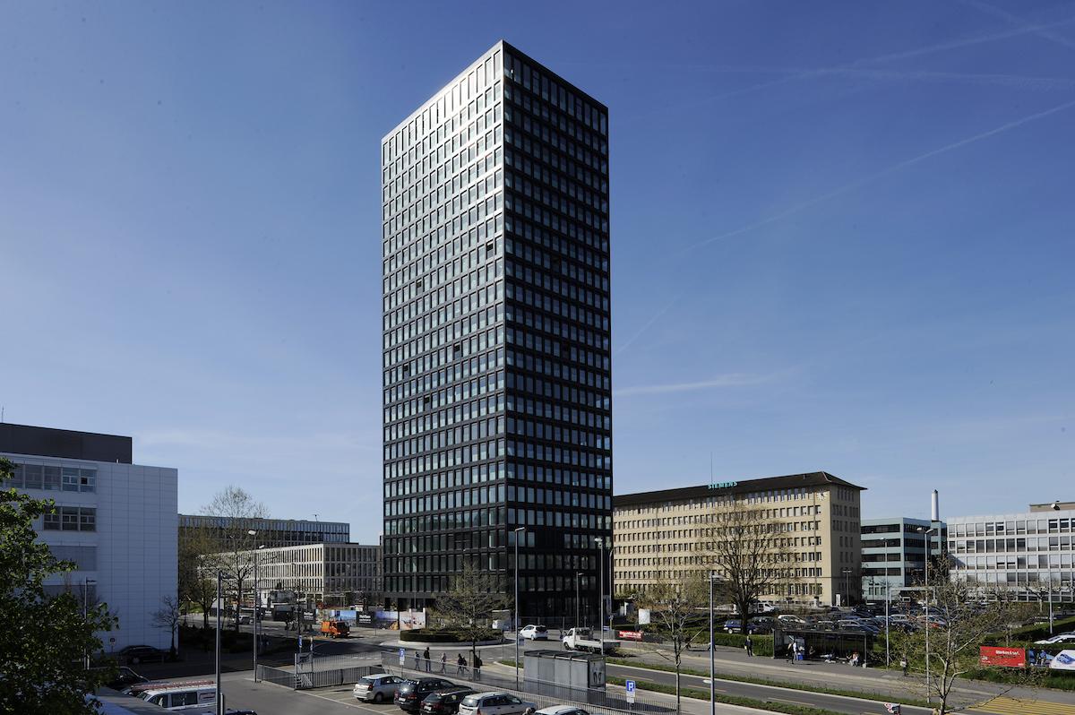 Um die oberste Etage des Parktowers (in der Bildmitte) wird im politischen Leiterlispiel gespielt.