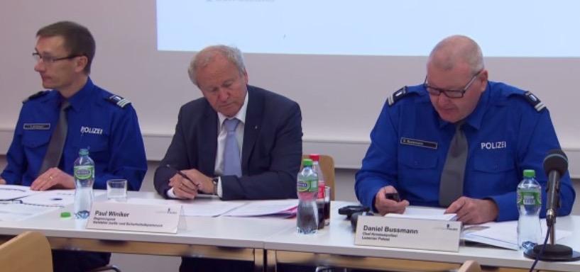 Um sie dreht sich alles: Polizeikommandant Adi Achermann (von links), Regierungsrat Paul Winiker und Kripochef Daniel Bussmann (Bild: SRF-Rundschau, aufgenommen an einer Pressekonferenz zu einem anderen Thema).