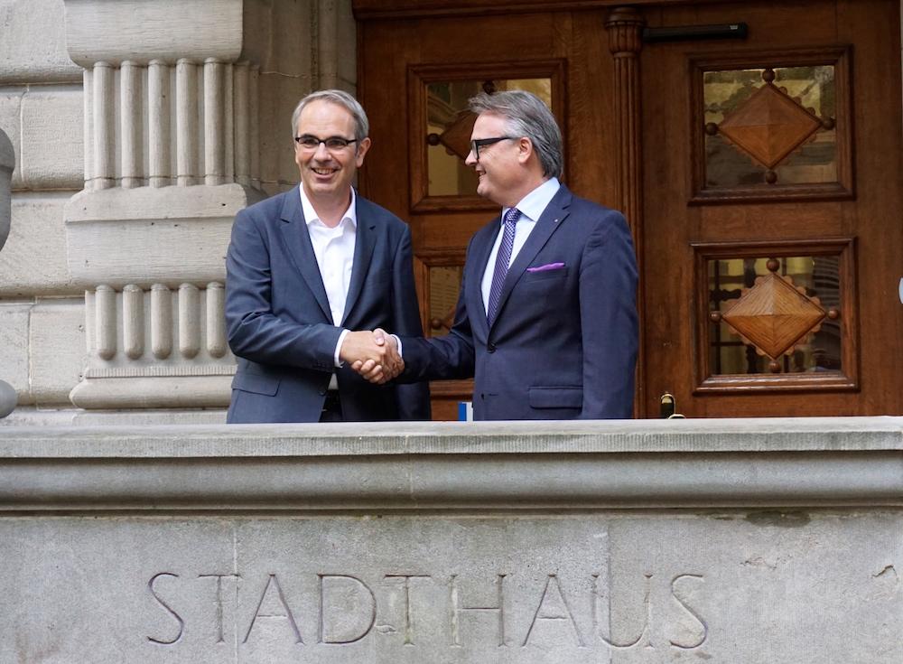 Amtsübergabe im Stadthaus: Stefan Roth (rechts) übergibt sein Büro dem neuen Stadtpräsidenten Beat Züsli (links).