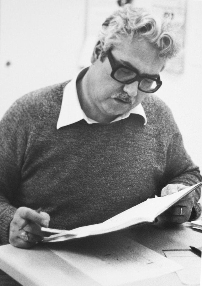 Eifrig arbeitend und mit schicker Brille. So kennen wohl die meisten Zuger Cäsar Rossi. (Bild: Archiv Cäsar Rossi)