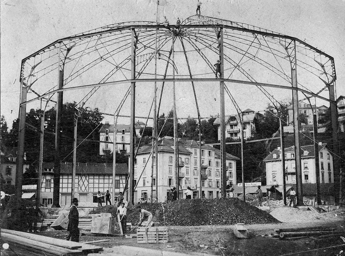 Das filigrane Stahlgerüst des Bourbaki-Panoramas, 1889. Der Fachwerkbau im Hintergrund links ist Samuel Stauffers Museum.