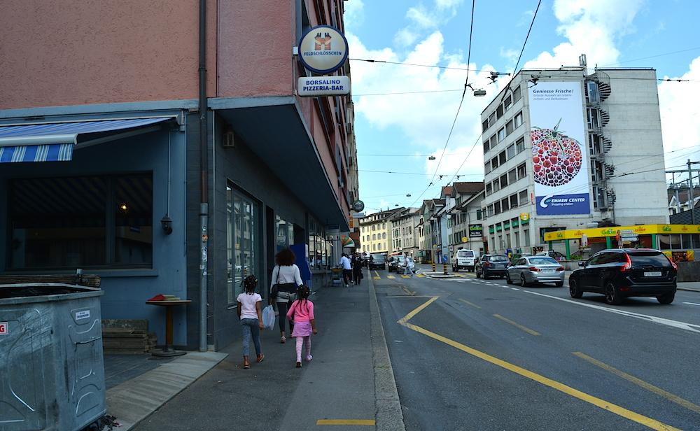 Einmal über die Strasse kullern – schon ist man von der Kegelbahn im Kaffee Kind. (Bild: jav)
