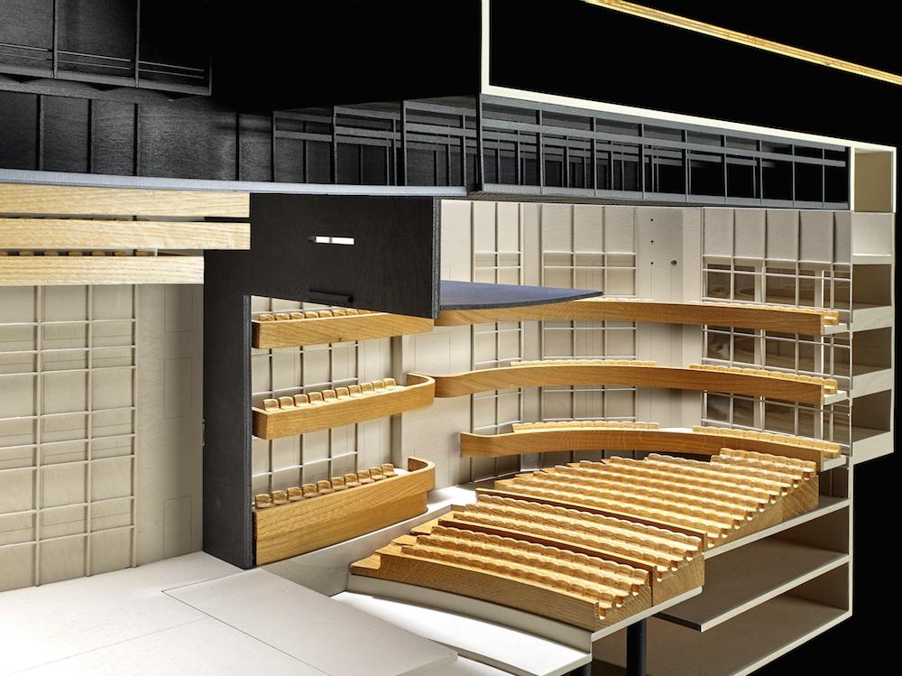Querschnitt durch das Modell, das den grossen Saal der Salle Modulable darstellt.
