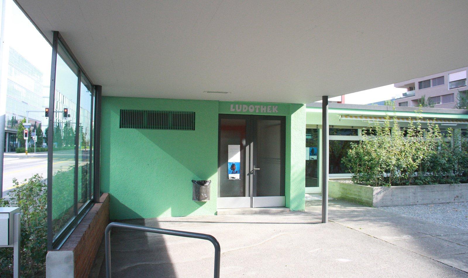 Der Eingang des neuen Schulraumes