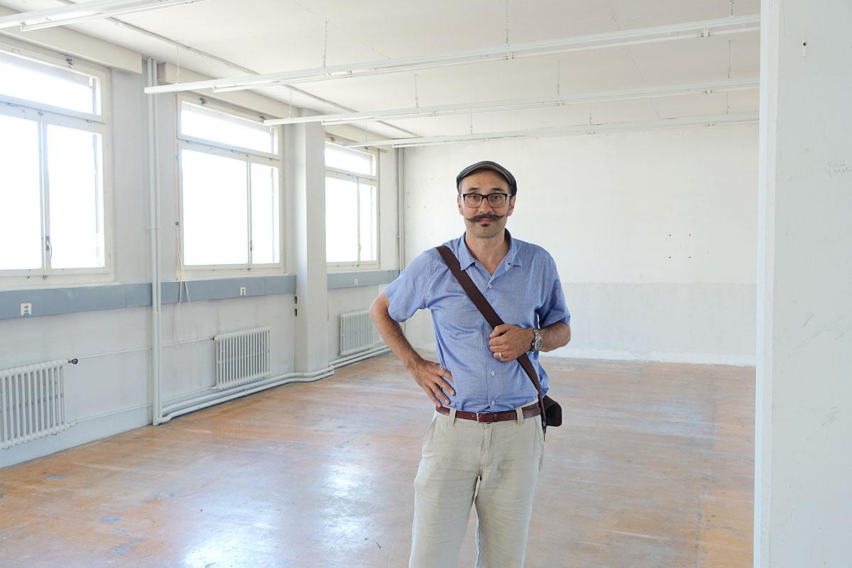 Der Medienkünstler Andres Wanner in «seinen» neuen Räumen.  (Bild: jwy)