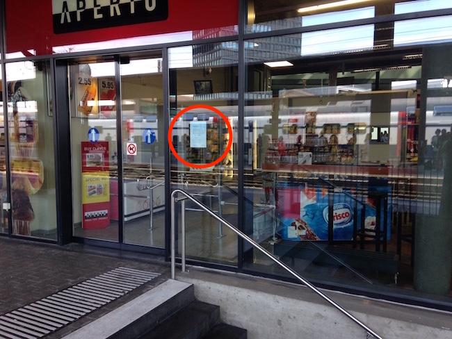 Rot eingekreist ist das Hygiene-Zertifikat, das im Aperto Zug am Eingang hängt.