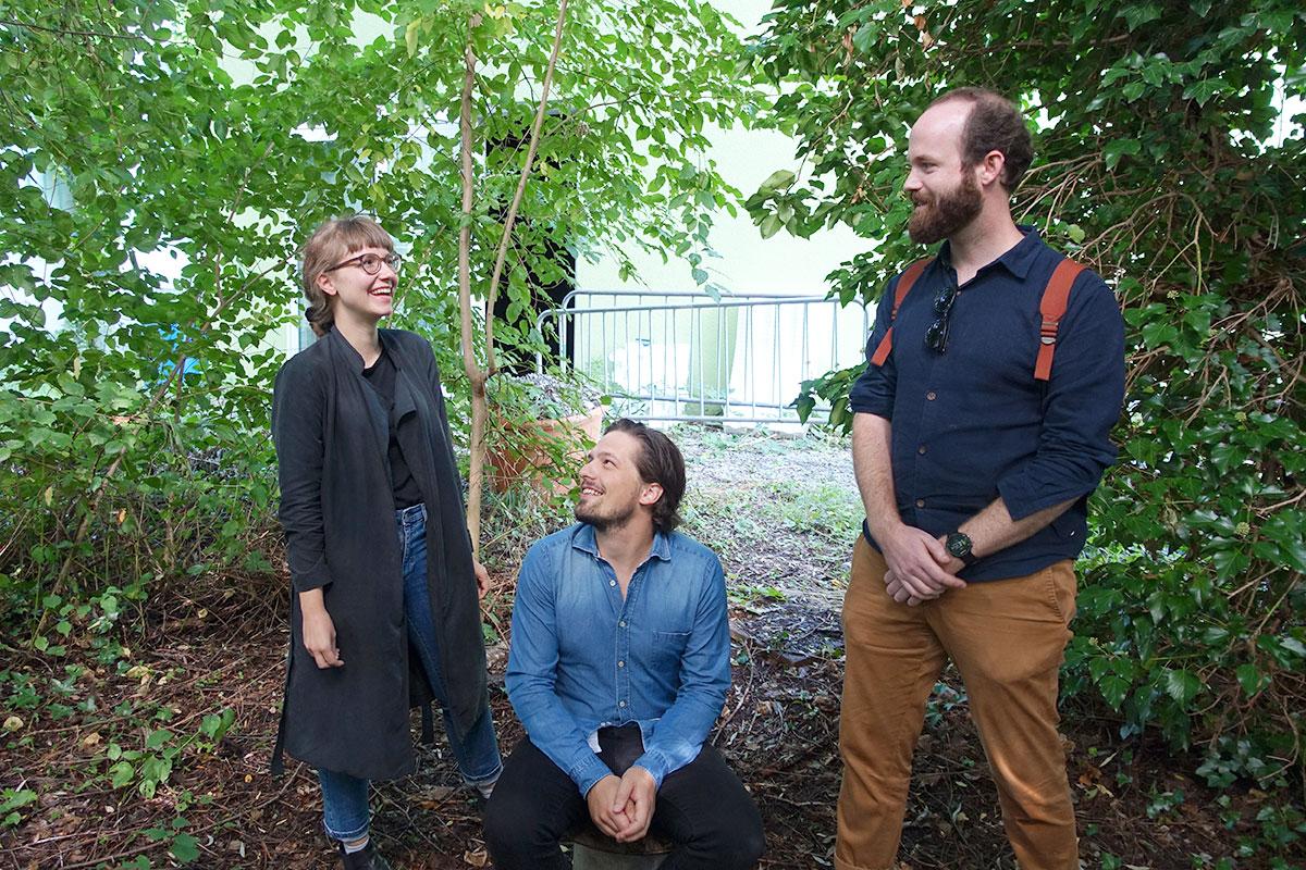 Psst, dieser Platz ist geheim: Lina Kunz, David Ammon (kauernd) und Fabian Fuchs im «Dschungel». (Bild: jwy)
