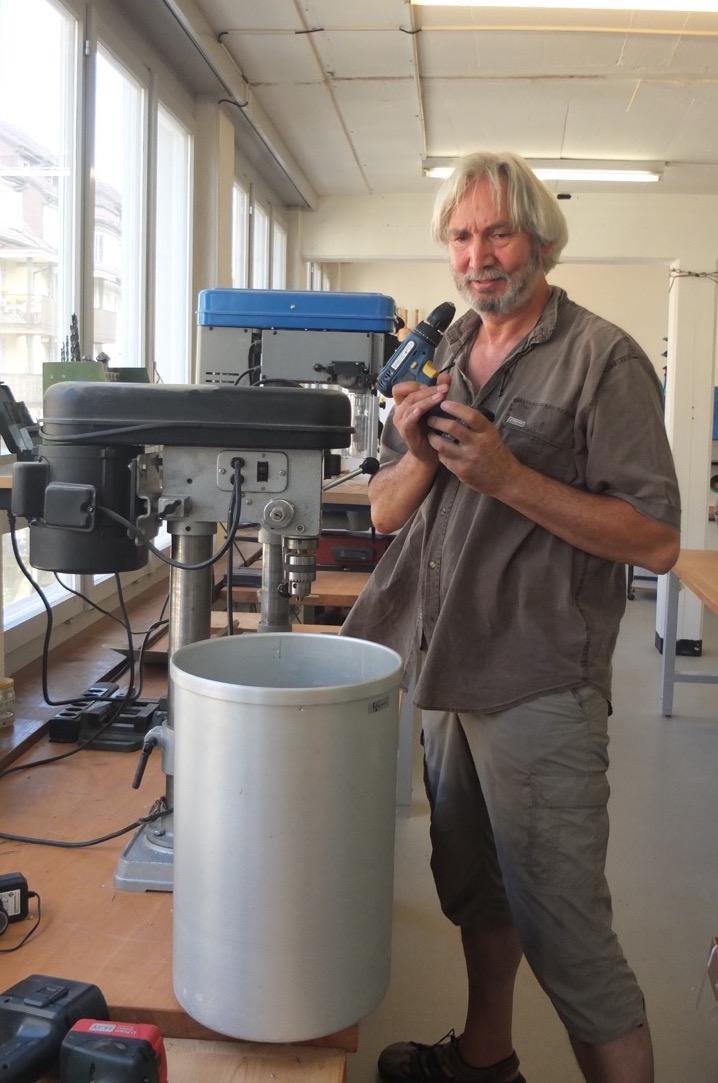 Manfred Roosen repariert gerade die Popcorn-Maschine. (Bild: Mirjam Oertli)