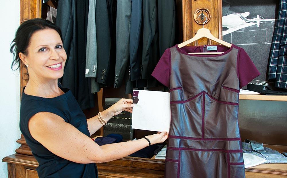 Geschäftsführerin Rufina Hümmer mit einem der 100 Kleidungsstücke, die Mitte Oktober im KKL präsentiert werden.