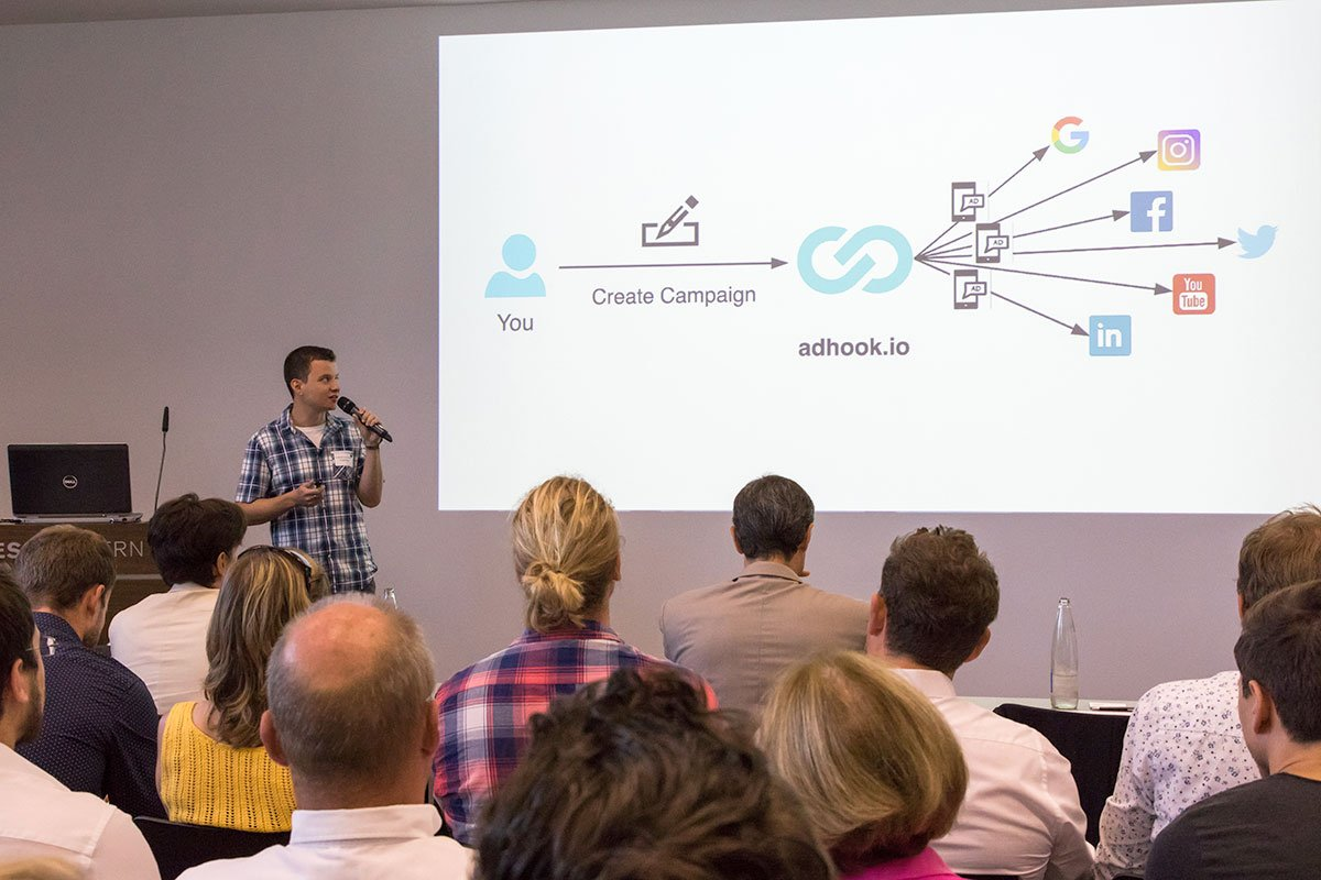 Andreas Schürmann präsentiert seine Idee für digitale Werbeanzeigen. (Bild: Ronny Baumann)