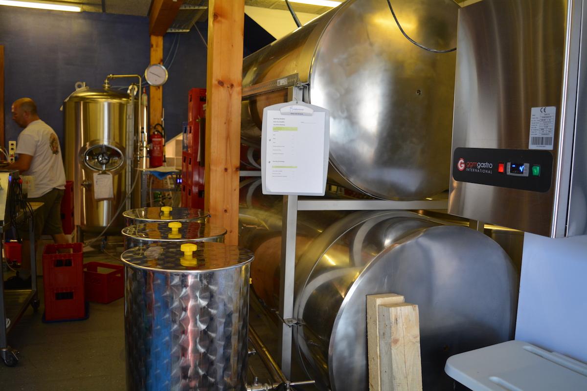Kreatives Durcheinander, viel Material auf wenig Raum und ganz bestimmt viel Bier in den Tanks in der Bachweg-Brauerei.