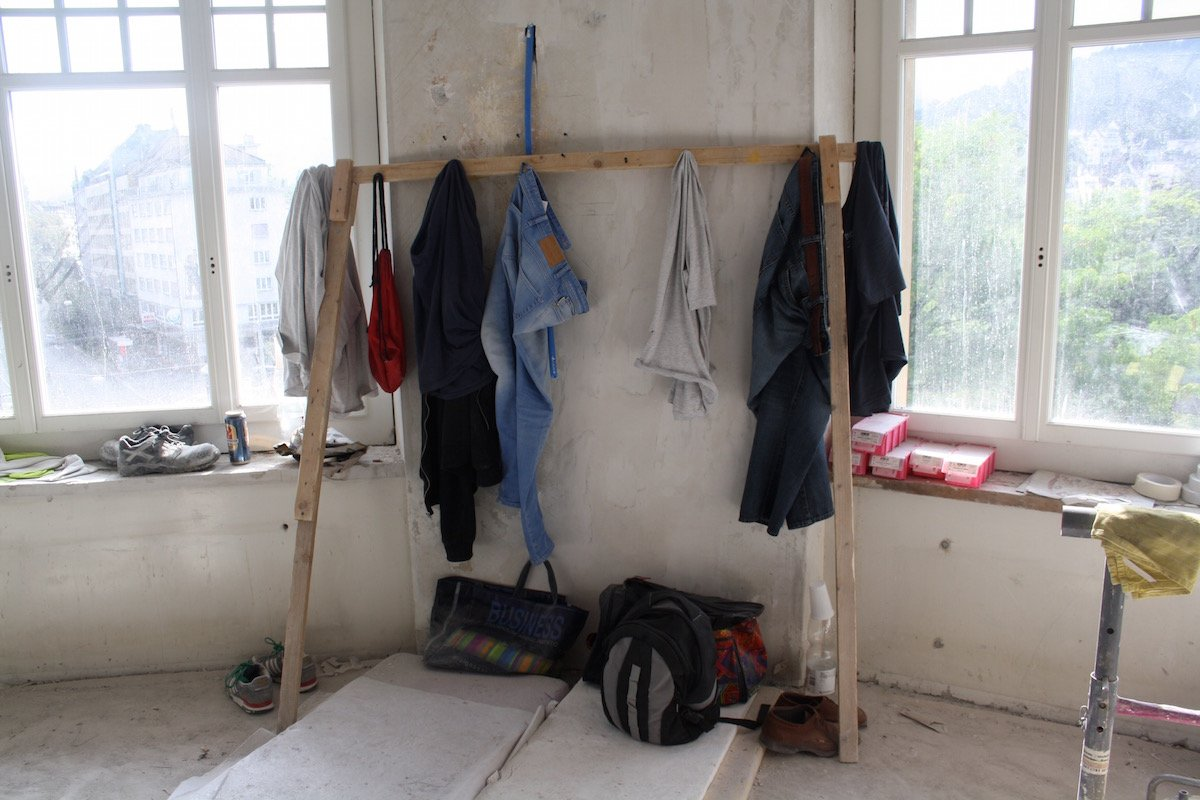 Bald weicht die provisoriche Garderobe der Handwerker und es ziehen Gäste in die Zimmer ein.