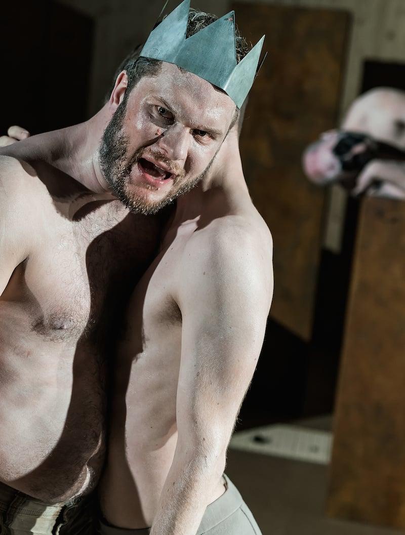Jakob Leo Stark als Eteokles verwehrt seinem Bruder Polyneikes (Lukas Darnstädt) die Krone. (Bild: Ingo Hoehn)