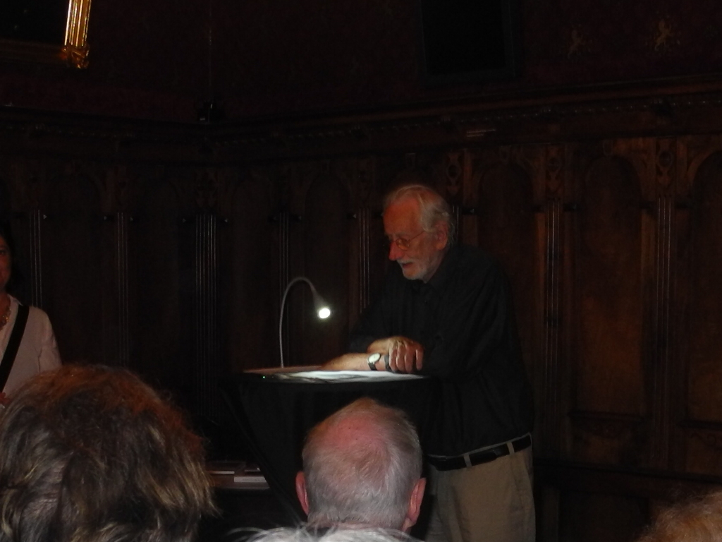 Der Autor Max Huwyler in der Burg Zug.(Bild: zentralplus/aze)