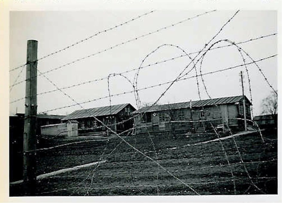 Eine doppelte Palisaden-Reihe und Stacheldraht umgaben das Straflager.