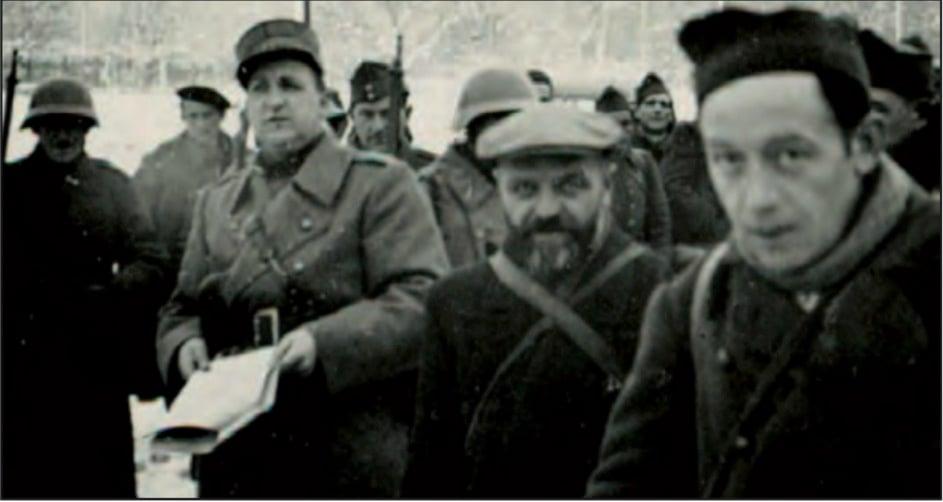 Der umstrittene Hauptmann André Béguin inmitten von Lagerinsassen.