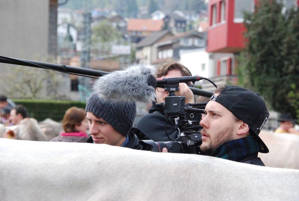 Die zwei Filmemacher Vasco Estermann (rechts) und Mauro Schweizer beim Dreh zum Film «Miss Attinghausen» (Bild: zVg).