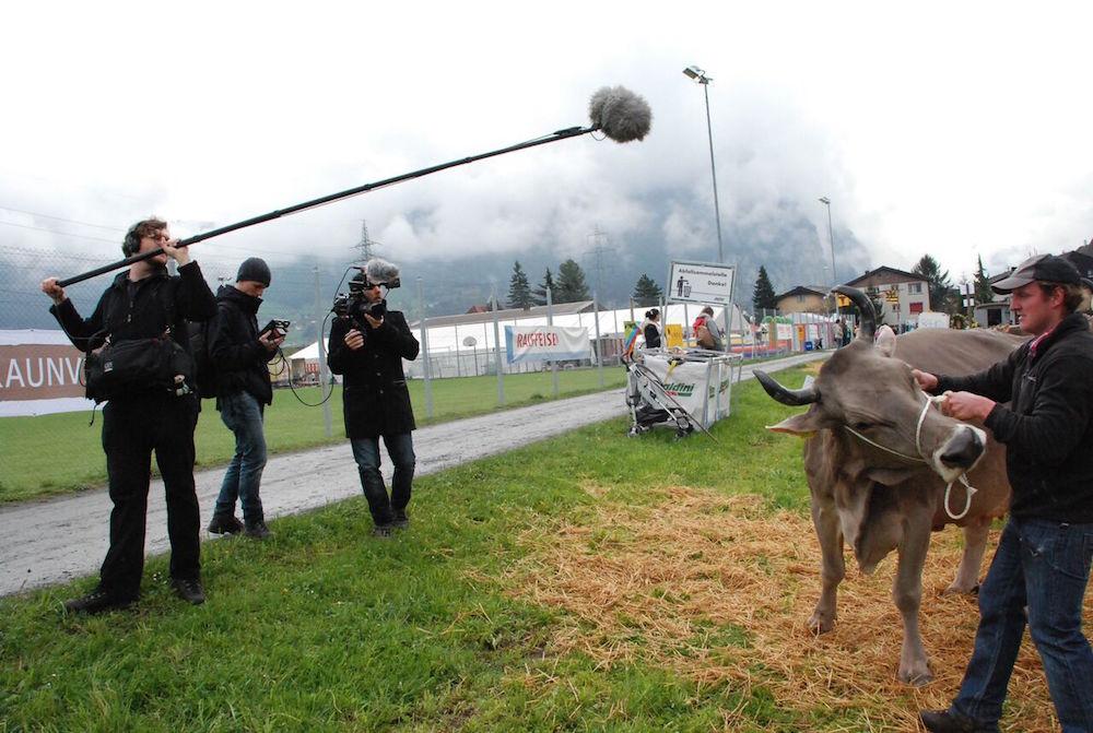 Dreh während der Viehmesse in Attinghausen. Vasco Estermann (3. von links) und Mauro Schweizer (2. von links) (Bild: zVg).