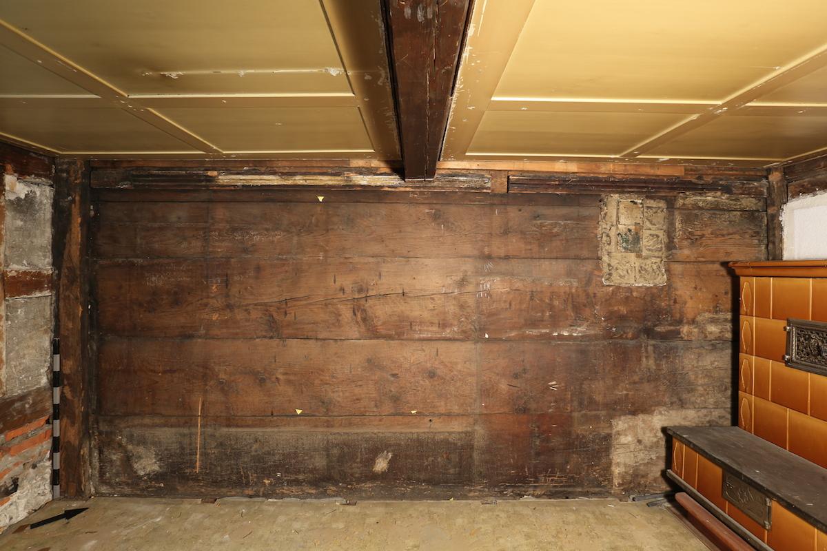 Die erhaltene Bohlenwand der Bohlenständerkonstruktion aus der Zeit um 1436/37 im Haus Kirchenstrasse 5
