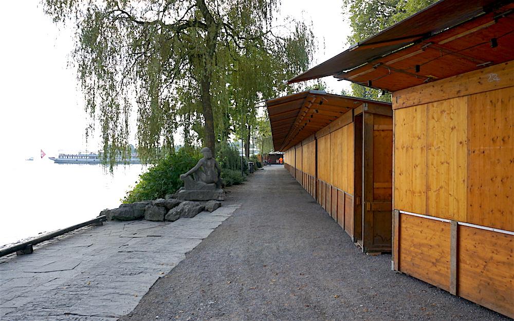 Die Häuschen für die Waren-Määs auf dem Inseli stehen bereits. Knapp 90 Händler bieten hier bald ihre Waren an.
