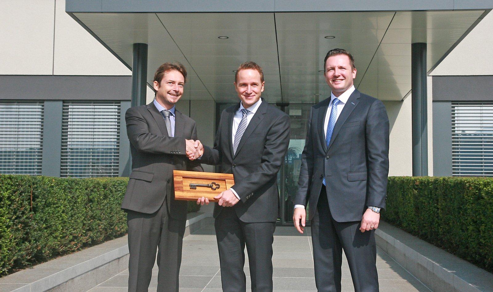 Schlüsselübergabe der neuen Zweigniederlassung. Albert Kompatscher vom Planungsbüro ATP, Timo Schuster und Robert Pontius von Aldi Suise