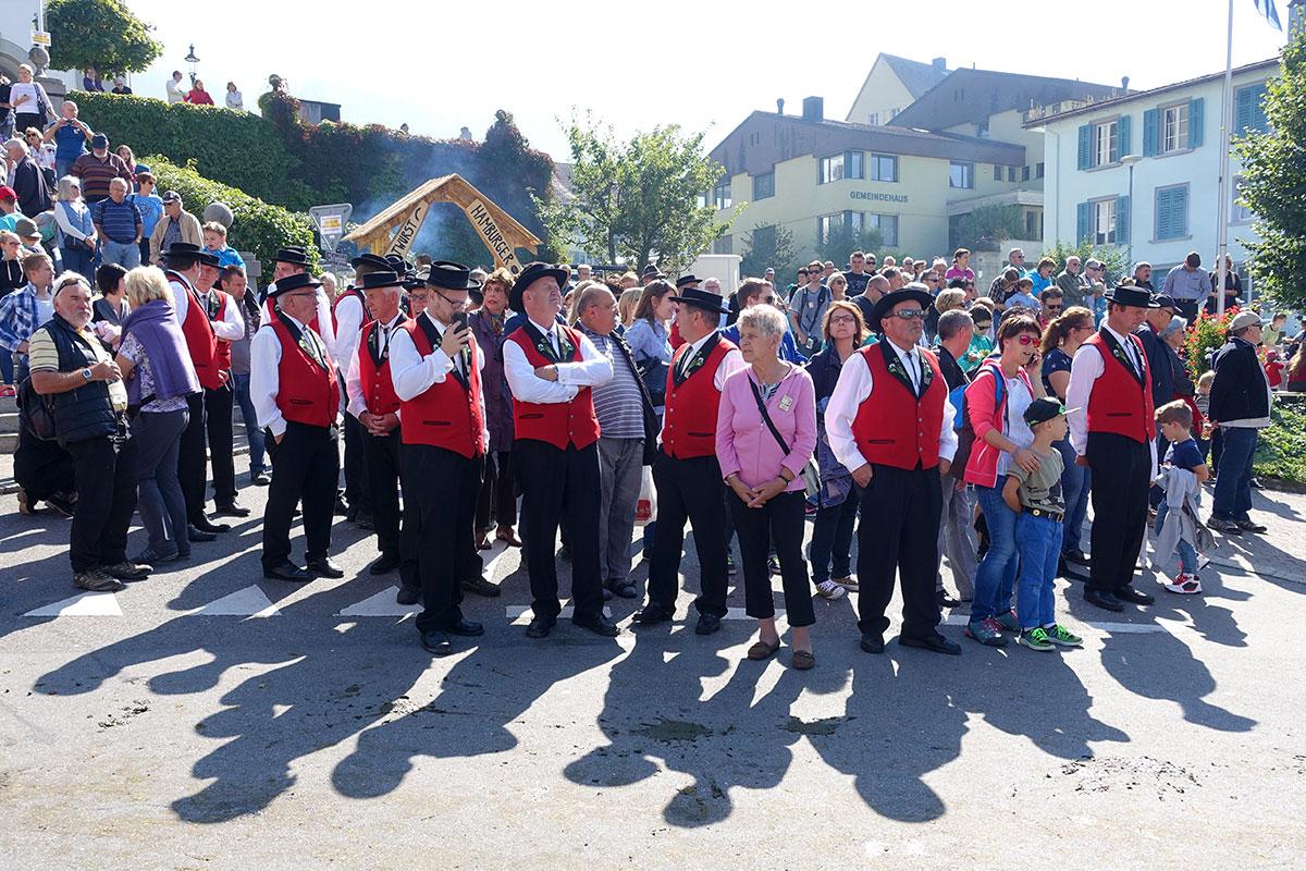 Immer mal wieder ist Warten angesagt an diesem Samstag in Schüpfheim. (Bild: jwy)