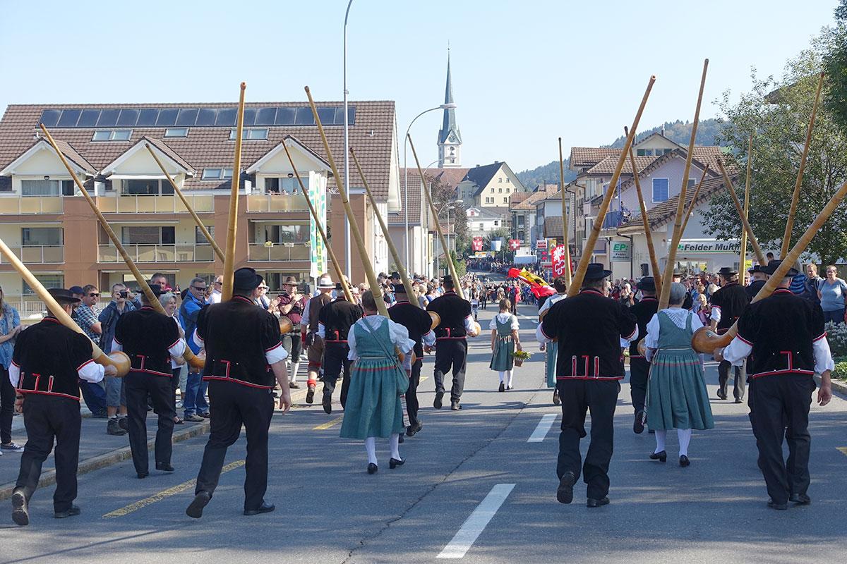 Alphornbläser marschieren ins Dorf. (Bild: jwy)