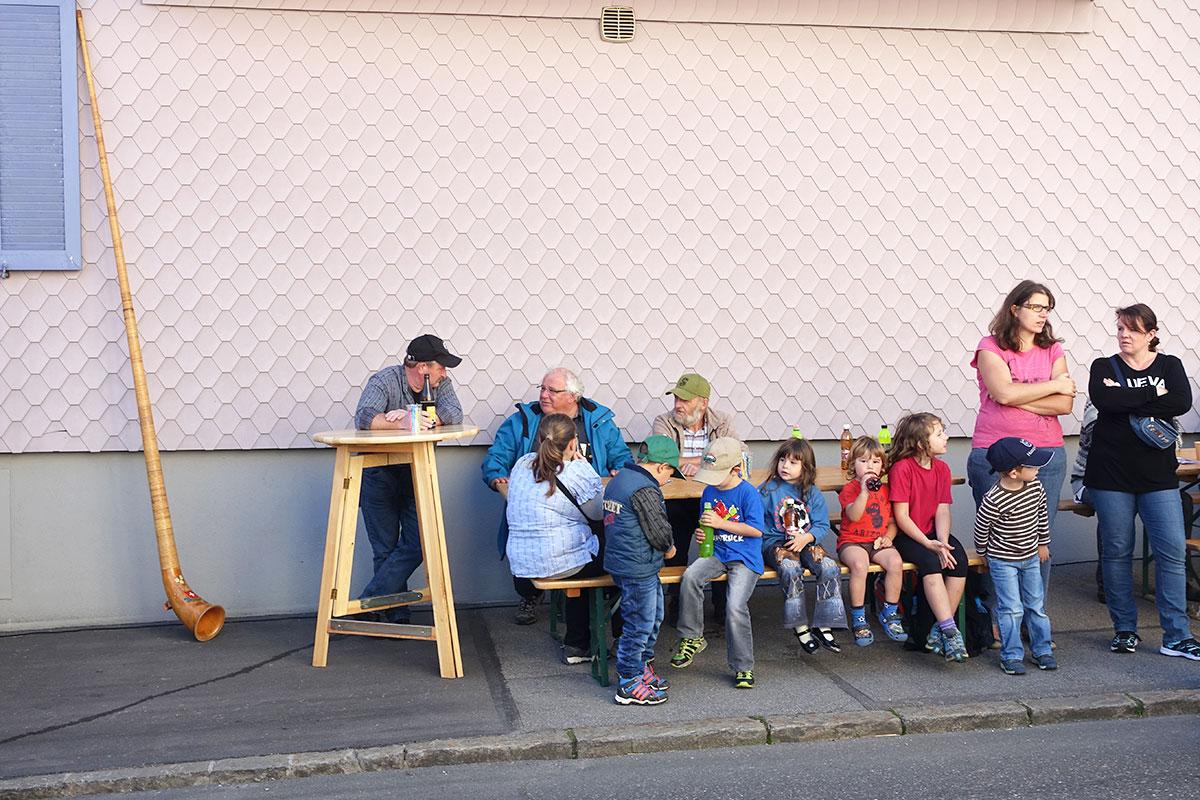 Nicht mehr ganz so euphorische Zuschauer am Strassenrand. (Bild: jwy)