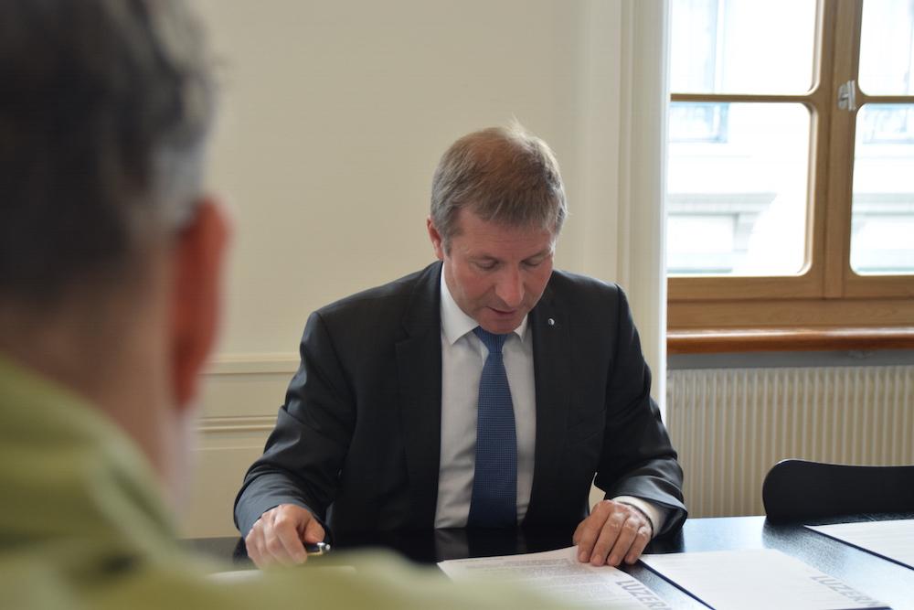 Marcel Schwerzmann stellt sich am Abstimmungssonntag den Medien (Bild: lwo).