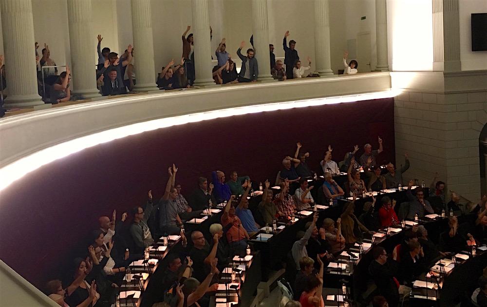Auch auf der Tribüne durfte abgestimmt werden. Die Resolution wurde einstimmig verabschiedet.