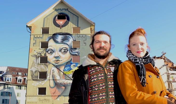 Das Künstlerpaar Marco Schmid und Vero Bürgi alias «Queenkong» vor ihrem Wandbild bei der Abbruchsiedlung Himmelrich. (Bild: jav)