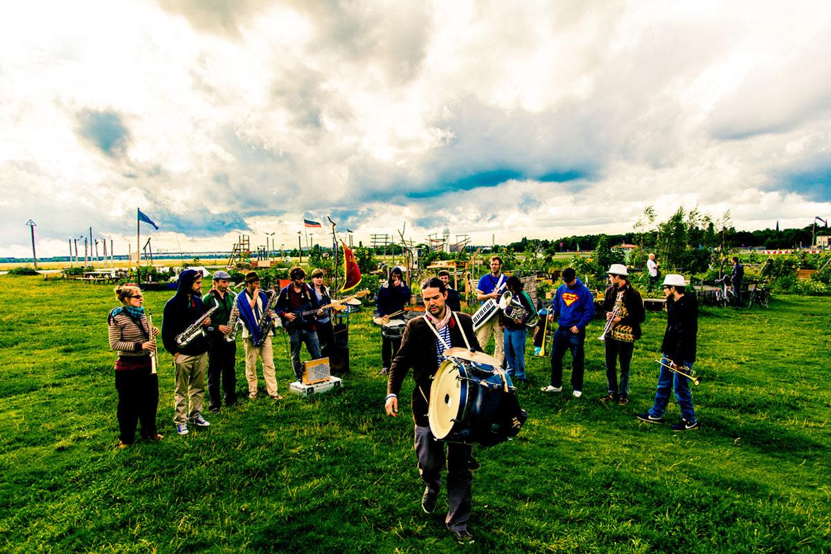 Der zwölfköpfige Fischermanns Orchestra spielt sechsmal im Souterrain. (Bild: zvg)