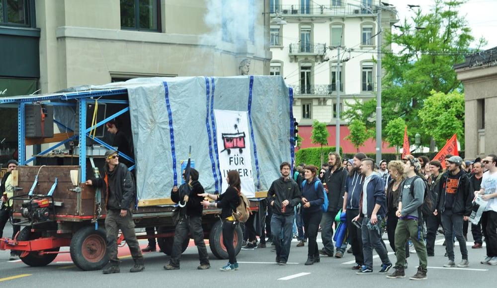 Begleitet von einem Demo-Fahrzeug marschieren die Teilnehmer die vorgeschriebene Route ab (Bild: Herbert Fischer/lu-wahlen.ch).