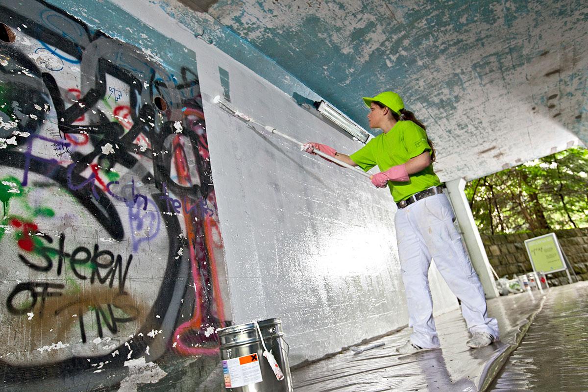 Normalerweise geht's einfach und schnell: Malerin der Aktion Sprayfrei übermalt ein Graffiti im Würzenbach. (Bild: Stefano Schröter)