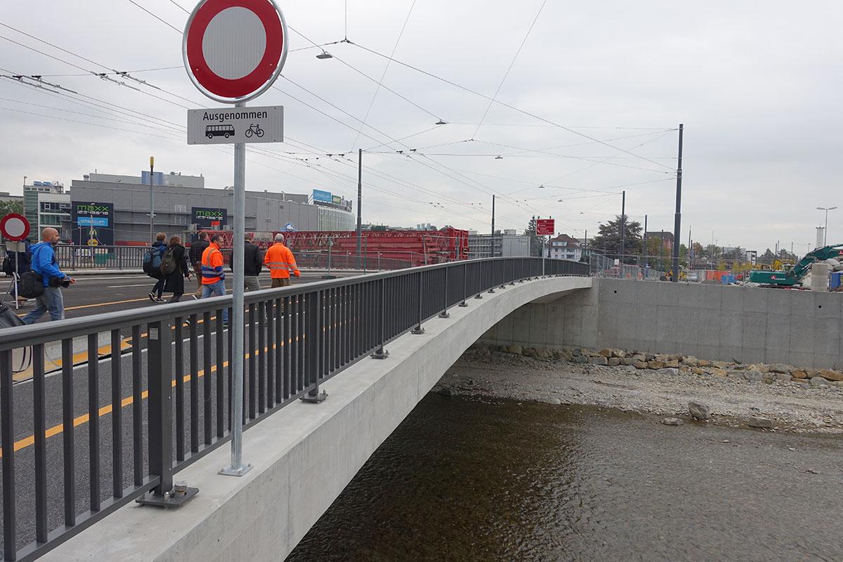 Die neue Unter Zollhausbrücke über die Kleine Emme: Ab 10. Dezember fliesst hier der Verkehr. (Bild: jwy)