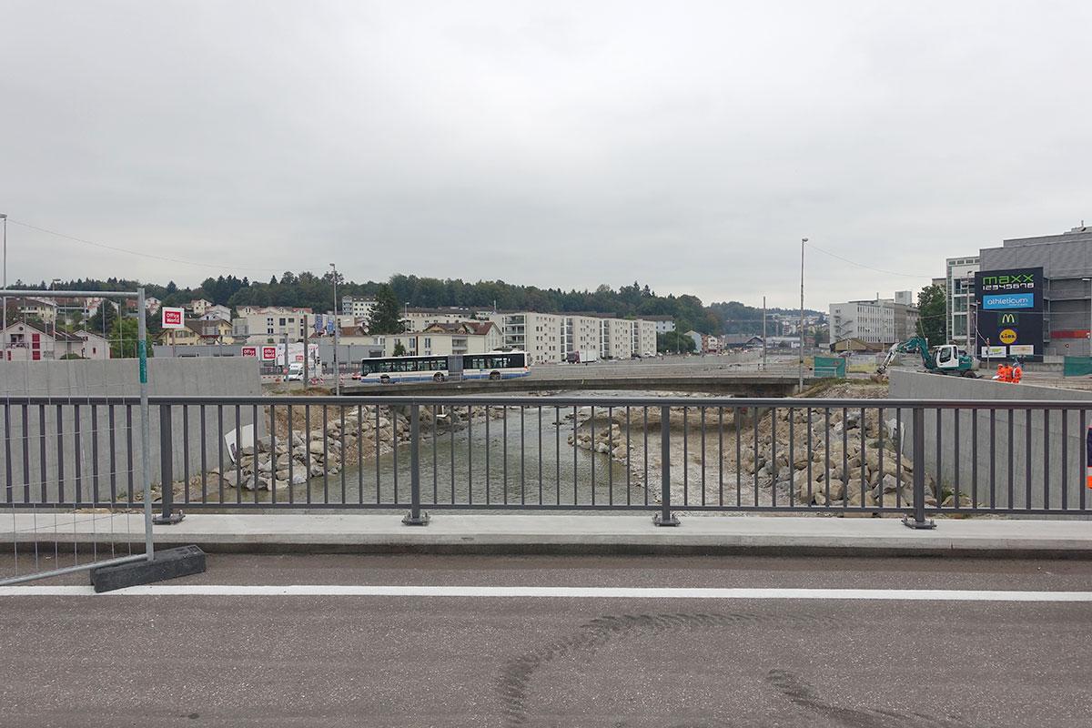 Vorne die neue Untere Zollhausbrücke – im Hintergrund die alte Obere Zollhaussbrücke, die bald abgerissen und neu gebaut wird. (Bild: jwy)