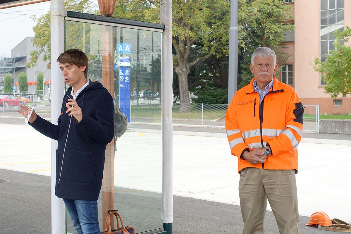 Christoph Zurflüh, Sprecher des Verkehrsverbund Luzern, erkärt den neuen Bushub. Neben ihm Seetalplatz-Projektleiter Hans Ruedi Ramseier. (Bild: jwy)