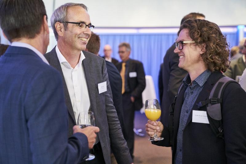 Beat Züsli (links) am Behörden-Apéro im Gespräch mit SP-Grossstadtrat Cyrill Studer Korevaar (Bild: Emanuel Ammon/Aura).